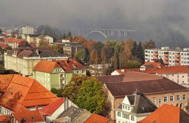 Autobahnbrücke im Morgennebel