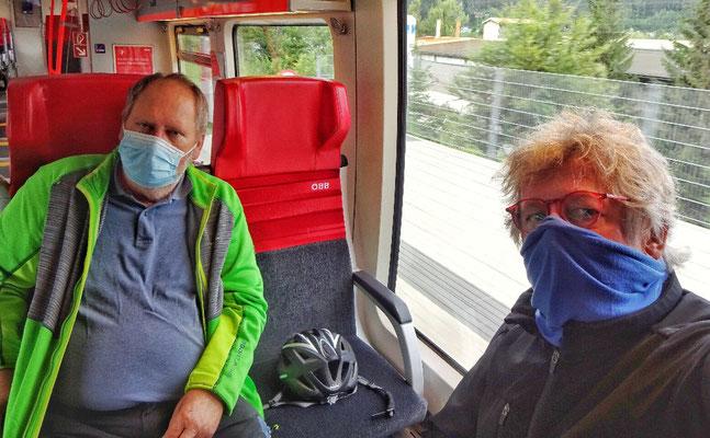 Maskiert im Zug