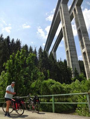 Normalerweise oben drüber (Südautobahn Lavantbrücke)