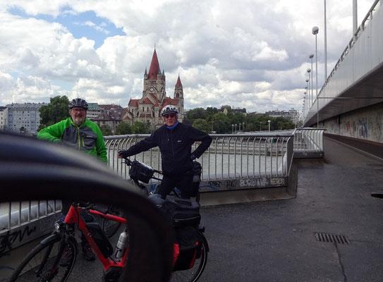 Reichsbrücke mit Hundeleine