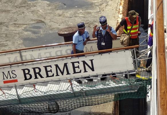 """Die """"Behörden"""" kommen an Bord"""