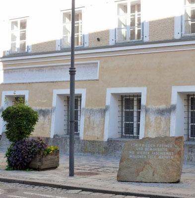 Adolf H. Geburtshaus mit Mahnmal