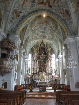 Kirche Maria Alm im kühlen Inneren...