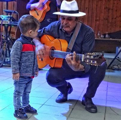Josef an der Gitarre