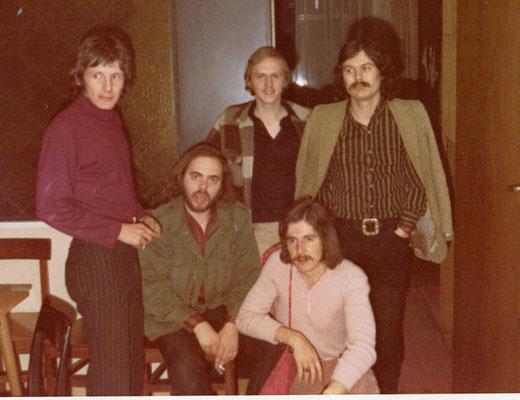 Konzert Jack Grunsky, stehend von links: Sepp Kuluntschitz, Norbert Nierdemeier, Jack Grunsky, vorne: Theo Bina, Ali Kreisel(Rernböck)