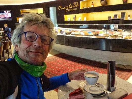 Im Cafe cGraigher Himmbeerschnitte und heiße Schokolade