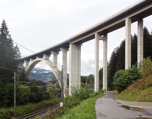 Südbahn,  Autobahn und Radweg R2