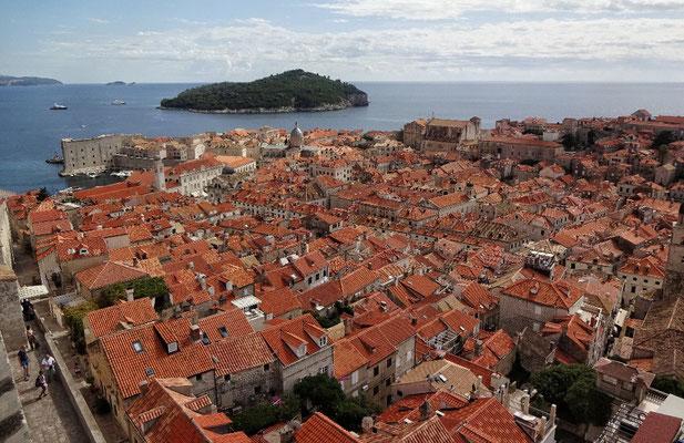 Von der Stadtmauer Blick auf die Insel Lokrum