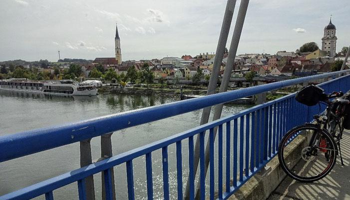 Vilshofen mit Kreuzfahrtschiff