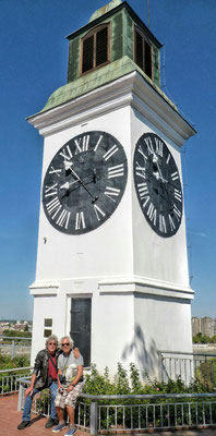 Die besoffene Turmuhr, der Minutenzeiger ist länger als der Stundenzeiger!