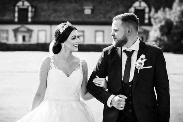 Brautpaar spaziert