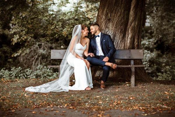 brautpaar sitzt auf der bank