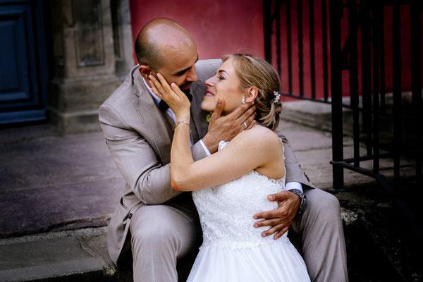 brautpaar romantisch auf treppe