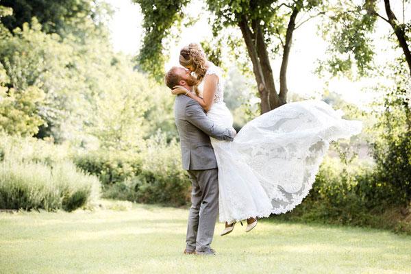 Bräutigam hebt die Braut