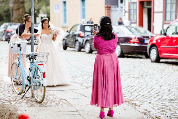 Braut kommt zur Kirche