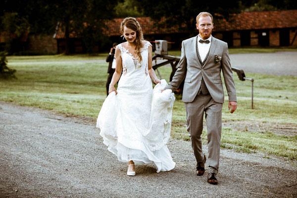 Brautpaar geht zur Location