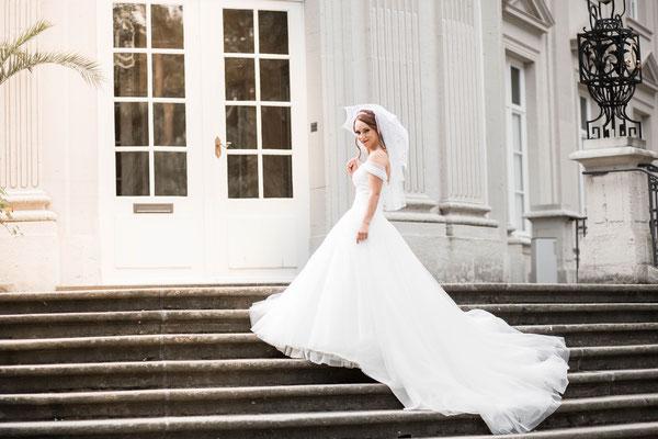 Braut steht auf Treppe