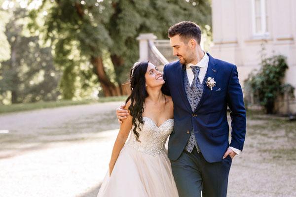 Brautpaar beim spazieren gehen