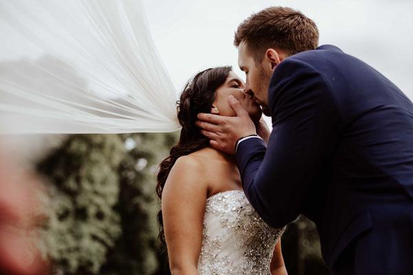 Brautpaar küsst sich in Braunschweig