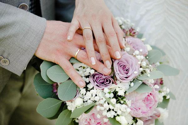 Hände auf Blumenstrauß