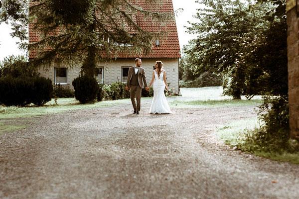 Brautpaar geht spazieren