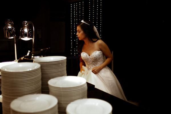 Braut am Buffet