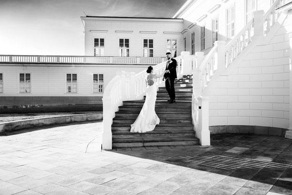 brautpaar steht auf treppe