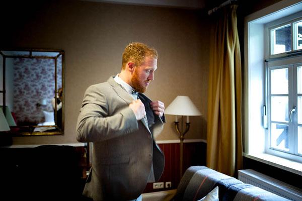 Bräutigam zieht das Sakko an