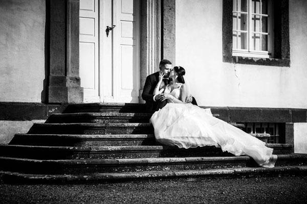 Brautpaar sitzt auf Treppe