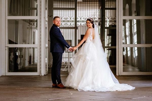 Brautpaar hält sich fest