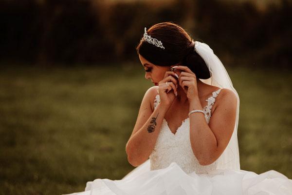 Braut auf Wiese