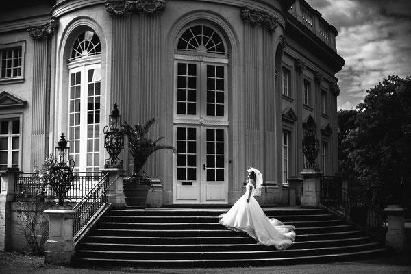 Braut auf Treppe