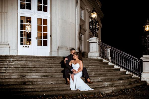 brautpaar sitzt auf den treppen schloss richmond