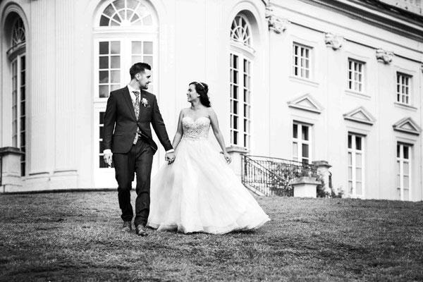 Brautpaar spaziert in Braunschweig Schloss Richmond