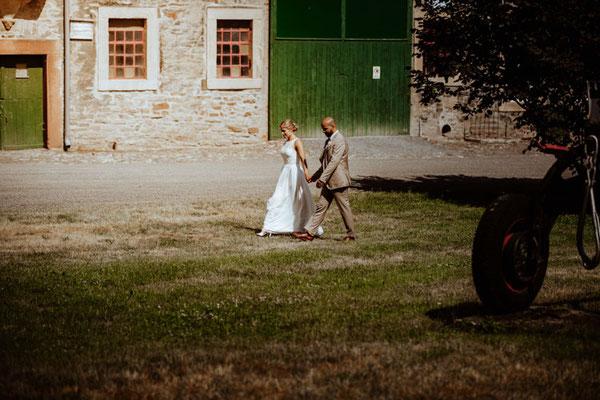brautpaar spaziert in woeltingerode