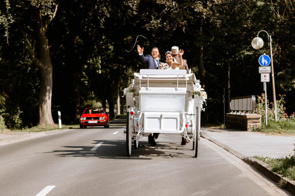 Brautpaar auf Hochzeitskutsche