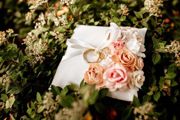Hochzeitringe auf Kissen