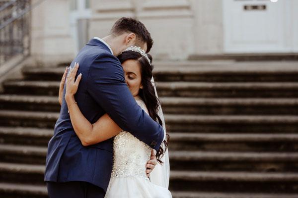 Brautpaar umarmt sich in Braunschweig