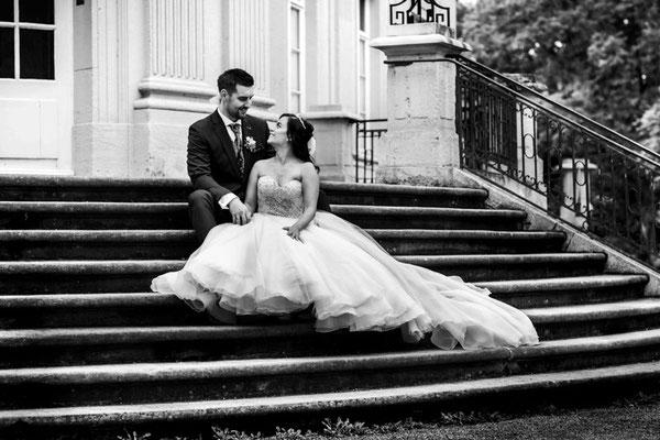 Brautpaar sitz auf Treppe in Braunschweig Schloss Richmond