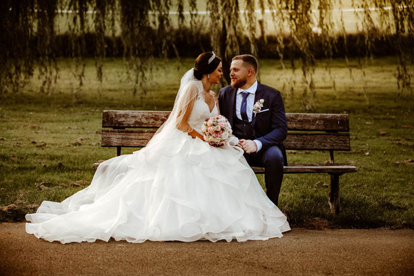 Brautpaarfotos auf Bank