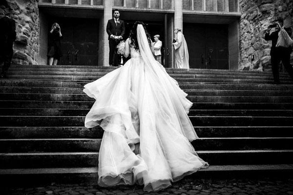 Braut geht zum Bräutigam