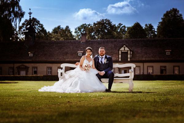 Brautpaar sitzt auf Bank