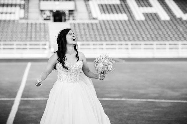 Braut steht im Stadion