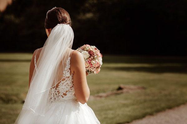 Braut mit Brautstrauß
