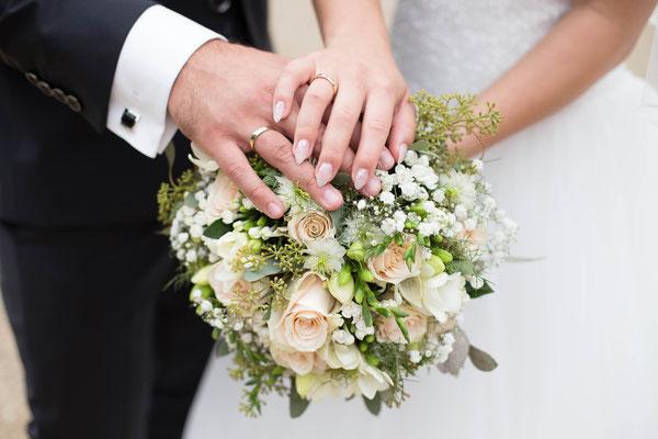 Hände auf Brautstrauß