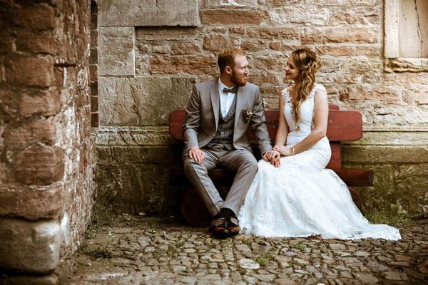 Brautpaar schaut sich zu