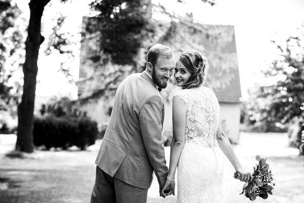 Brautpaar schaut nach hinten