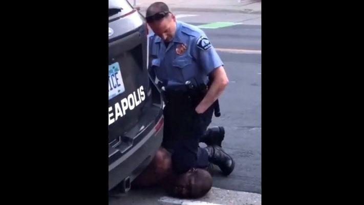 8分に及ぶ警察官の圧迫で死亡