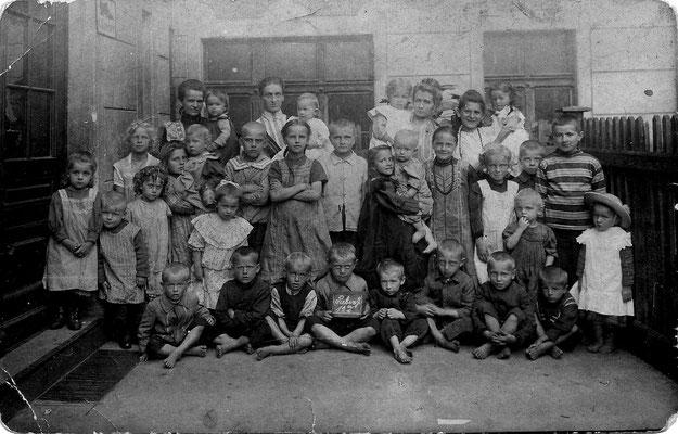 Hausgemeinschaft in Breslau mit Kinder der Familie KNIE, Rebenstr, 12 a