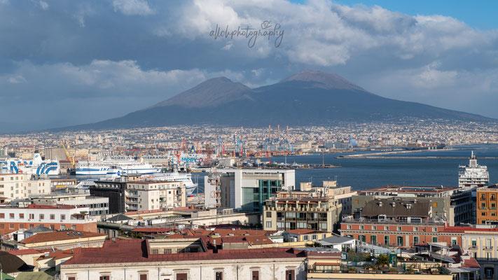 22.02.2019 - Italien - Napoli Ausblick über den Hafen, Vesuv